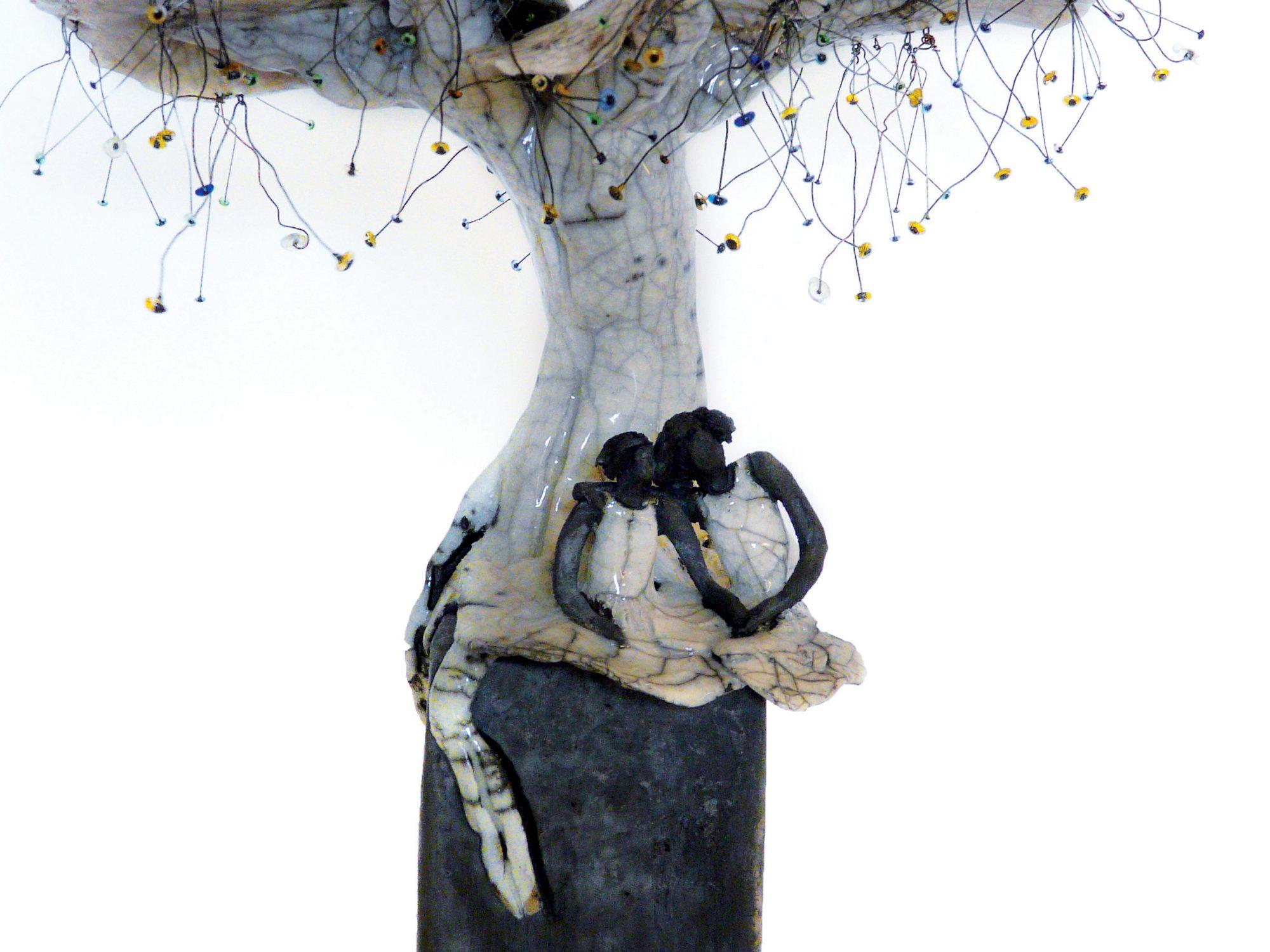 Rencontre sous l'Œillet en floraison - Grès - Raku - Yeux des années 1930, en verres colorés - Sculptures céramique de Florence Lemiegre
