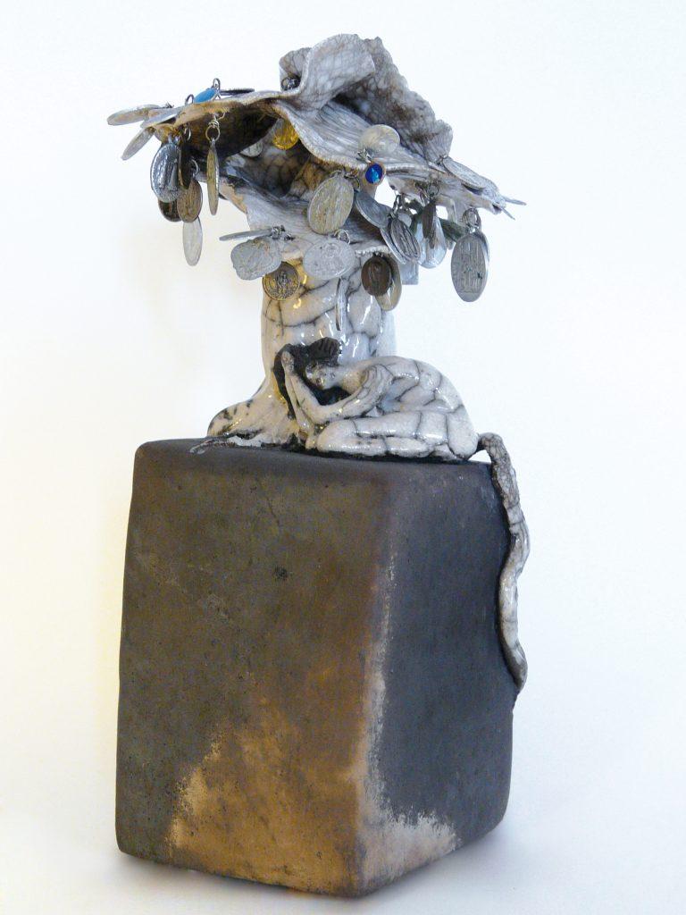 """PRIÈRES SOUS LE MÉDAILLIER EN FLEURS - Essence d'arbre de """"La Forêt imaginaire et enchantée"""" - Sculptures céramique - Création de Florence Lemiegre"""